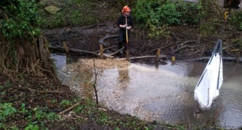 Installing woody debris items, new marginal habitat and new gravel for spawning in the River Wye in High Wycombe for Chiltern Rangers.