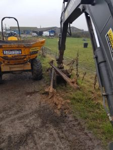 Removing the steel supports from the existing damaged timber bridge with the 8t 360 tracked excavator.